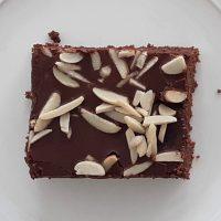 Hrnčekový koláč s grankom a mandľami