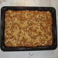 Jablkový koláč s posýpkou na plechu