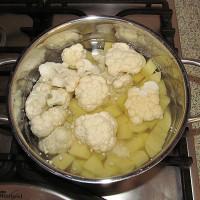 Zemiaky a karfiol dáme variť do hrnca